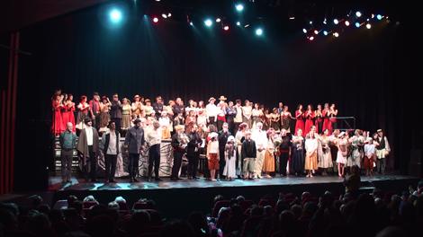Tous les artistes de l'opéra Carmen réunis sur scène